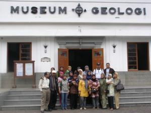 Pembimbing sedang pose di Depan Museum Geologi