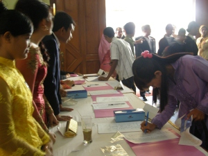 Para undangan sedang mengisi Buku Tamu